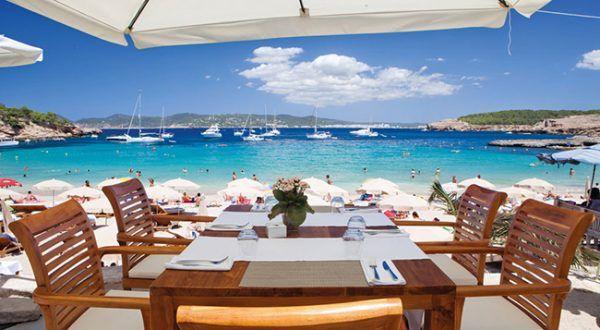 Cala Bassa Beach Club Ibiza - Restaurante Almoço em Ibiza, na Espanha, significa late lunch (bem tarde) e na praia. Quem acha que a ilha só é feita de baladas, está perdendo praias de águas transparentes, um azul impressionante e de beleza natural. A diversão é unir esta natureza à animação habitual da principal ilha das Islas Baleares. São diversos Beach Clubs badalados, com ótima gastronomia, ao longo da costa de Ibiza. Confira os mais bacanas aqui.