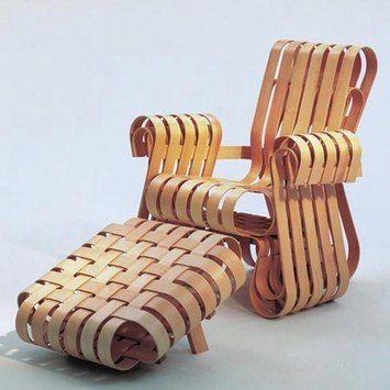 """Fauteuil """"Power Play"""" et pouf par Franck Gehry, Knoll, 1992. Bandes d'érable lamellé collé de 3.5 cm d'épaisseur et de 4.5cm de largeur."""