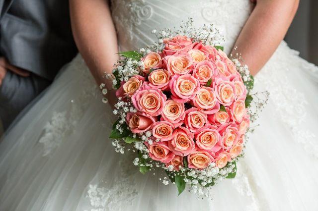 Credit: Erwin Beckers Fotografie - huwelijk (ritueel), bruid, bloemstuk, bruids, bruidegom, huwelijk (burgerlijke staat), liefde, bloem (plant), betrokkenheid, romance (relatie), viering, rozen, ceremonie, newlywed, romantisch, bloemen, hoofddeksel, mooi, vrouw, bloeiend