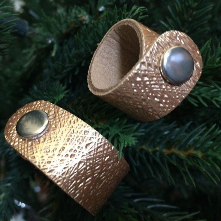Goudkleurige scarvelets met glitter en reliëf. Draag ze als accessoires voor je shawl. Of druk ze aan elkaar en draag ze als armband.