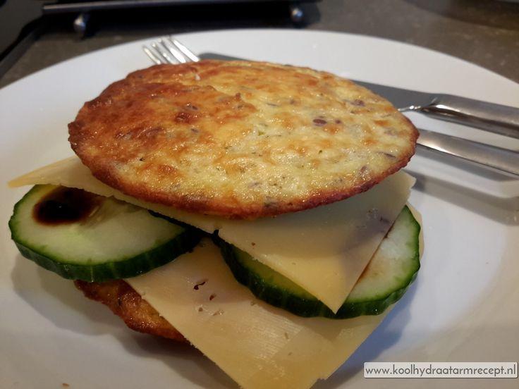 Deze kaasbroodjes zijn heerlijk bij het ontbijt of als sandwich voor de lunch. Snel klaar, hartig koolhydraatarm broodje met geraspte kaas.