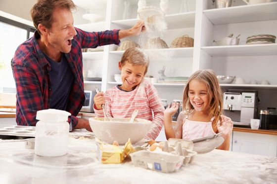 image #00bar715 Father baking with children #photo #image #famille #gateau #preparation