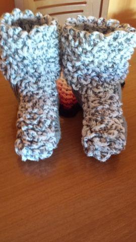. botas de casa...tejido a crochet...en punto crocodilo...som para una talla de 38-39...muy bonitas...y comodas...y ademas tejo por encargo...cualquier talla...