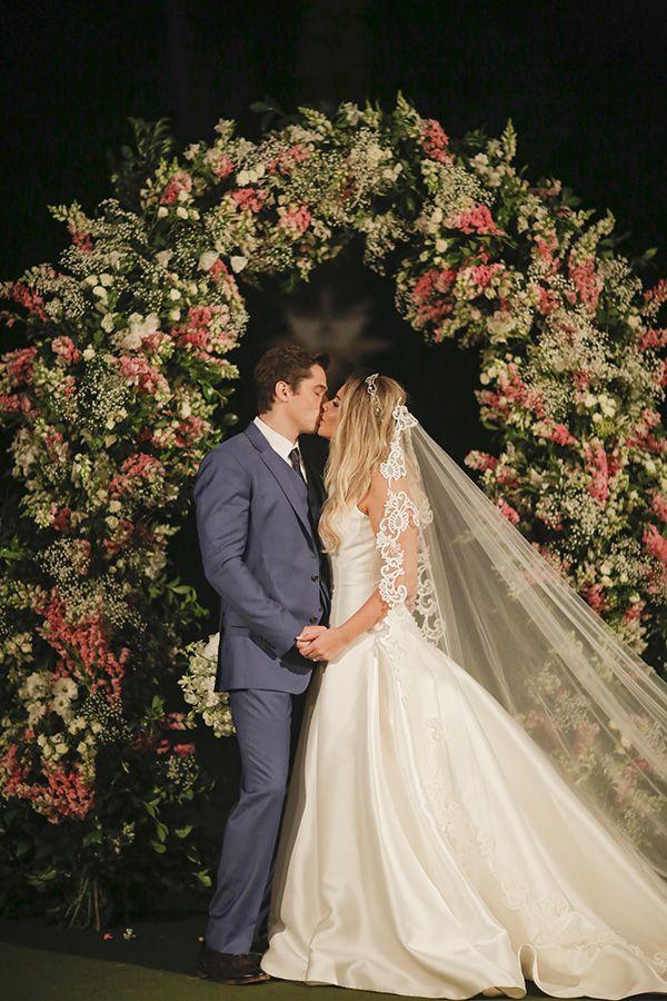 Kiss the bride ( Foto: Studio 47 | Decoração: Fabio Borgatto e Telma Hayashi )