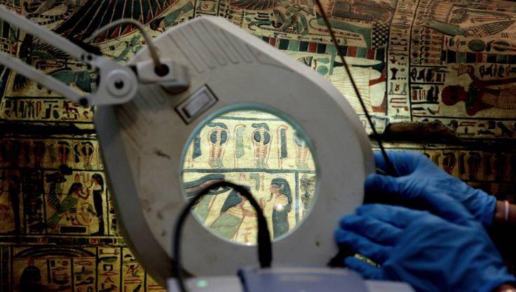 Un equipo de restauradores trabaja con varias piezas egipcias en el Museo Arqueologico Nacional en Madrid.