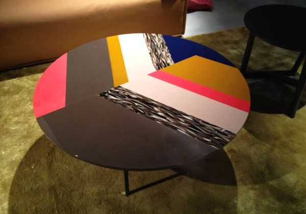 Nel padiglione di Moroso, tra i tanti progetti degni di nota, hanno spiccato anche i tavolini bassi ideati da Patricia Urquiola, anche in forma quadrata e in un'altra variante di colori. Fanno parte d