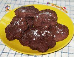 Stamattina facciamo colazione con dei biscotti al cacao light senza uova, burro e latte adatti a chi ha problemi di intolleranza.