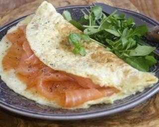 Omelette au saumon fumé : http://www.fourchette-et-bikini.fr/recettes/recettes-minceur/omelette-au-saumon-fume.html