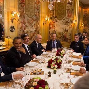 Alors que les chefs d'Etat ont prononcé leurs discours lundi à l'ouverture de la Conférence sur le Climat, François Hollande a dîné dans la soirée avec certains de ses ministres : le Premier ministre Manuel Valls, Laurent Fabius, ministre des Affaires étrangères et Ségolène Royal, ministre de l'Ecologie. Mais étaient surtout présents à la table du restaurant l'Ambroisie, dans le Marais, le président américain Barack Obama et son chef de la diplomatie américaine, John Kerry. Et parmi les…