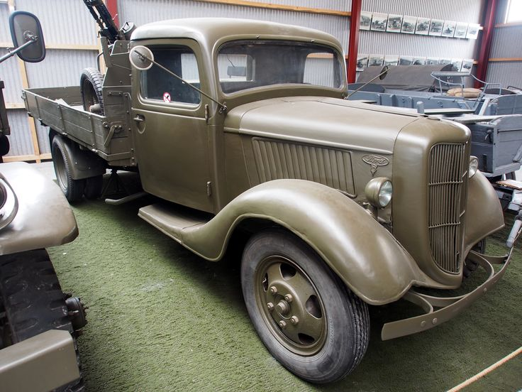 https://upload.wikimedia.org/wikipedia/commons/7/74/1939_Ford_V8%2C_photographed_at_the_Aalborg_Forsvars-_og_Garnisonsmuseum.JPG