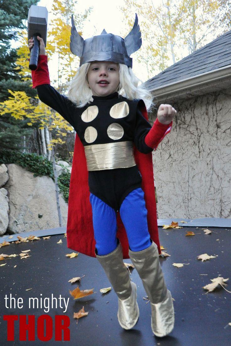 Thor kostuum: Otis is fan. Misschien dat hij dan volgend jaar met carnaval wel naar school wil.