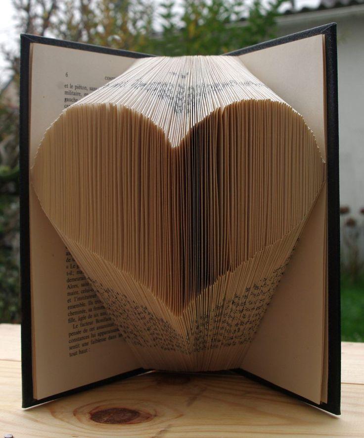 Je te propose aujourd'hui de réaliser un joli livre dont les pages sont pliées en forme de cœur ! Tu pourras l'offrir à ton fiancé, ou l'utiliser comme décoration. Moi je pense le poser près du livre
