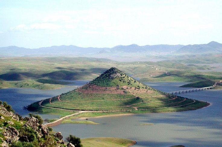 Otra imagen del cono perfecto que es el Monte Masa Trigo, en el Pantano de La Serena.