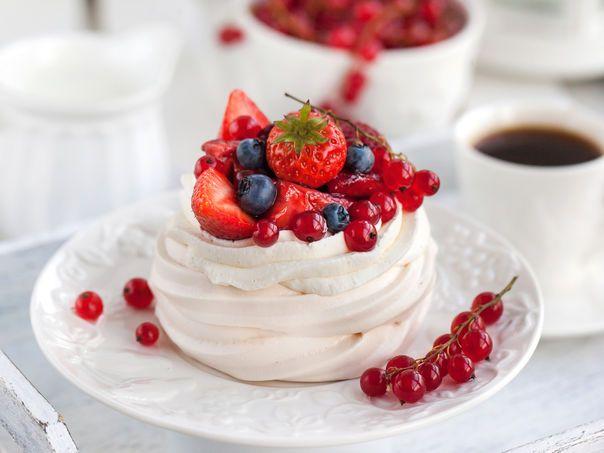 Mini pavlova med vaniljekrem og bær