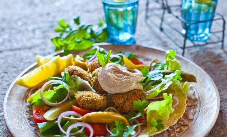 Nyfriterade och spiskummindoftande falafel med krispiga grönsaker och en god sås med sesam- och citronsmak.