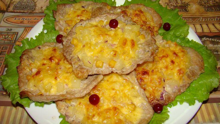 Очень вкусные отбитые кусочки свиного мяса, с ананасом запеченные под сырной шубкой в духовке. Готовятся очень просто, такие котлеты сможет приготовить кажды...
