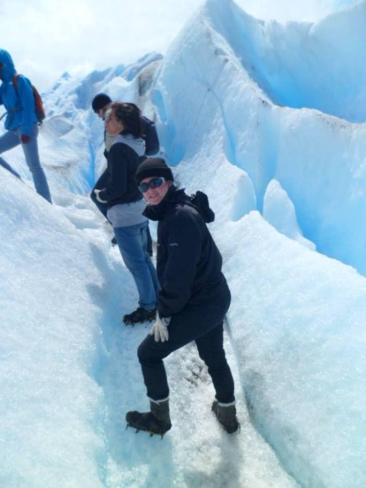 Pamella Aguiar com sua Bota Fiero Ref.:553 devidamente paramentada de grampones para maior aderência para o trekking no gelo - Glaciar Perito Moreno, em El Calafate - Patagônia Argentina. #SouFiero