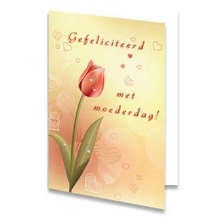 Een Moederdag kaart van een tulp op een gele achtergrond vol met hartjes. Om de bloem staat de tekst ''Gefeliciteerd met moederdag!'' in rode letters geschreven. De binnenkant van deze Moederdag kaart is helemaal wit, daar kun je zelf nog teksten en foto's of allerlei leuke afbeeldingen aan toevoegen.