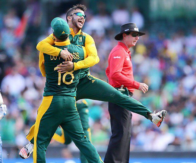 दक्षिण अफ्रीका के स्पिन गेंदबाज ज्यां पॉल डय़ूमिनी ने श्रीलंका के साथ सिडनी क्रिकेट मैदान पर बुधवार को खेले गए आईसीसी विश्व कप-2015 के पहले क्वार्टर