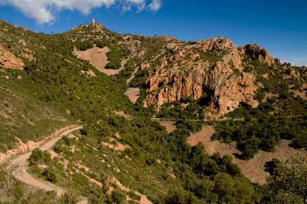 Topo et conseils pour une randonnée avec les enfants très facile vers le plus haut sommet du massif de l'Esterel, le mont Vinaigre.