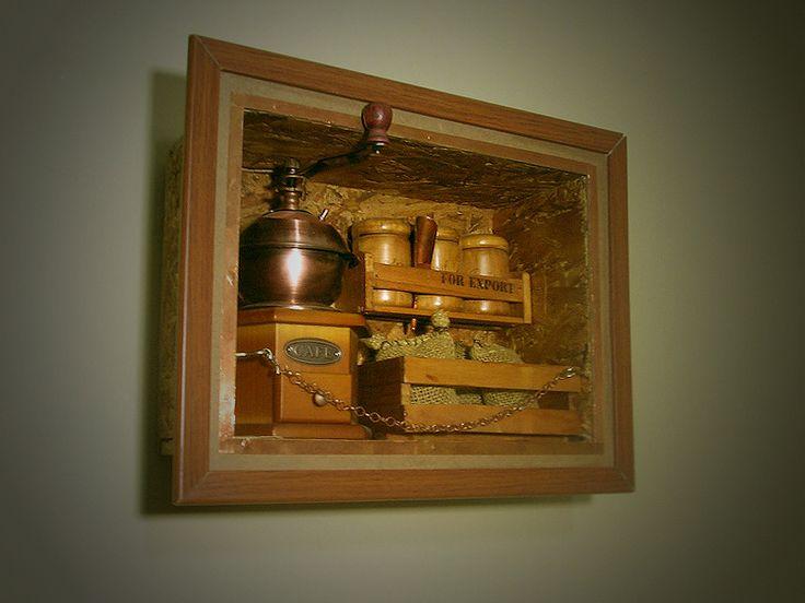 Un cuadro aromático para decorar y aromatizar los espacios. Así mismo es una mini fábrica para moler café en grano.