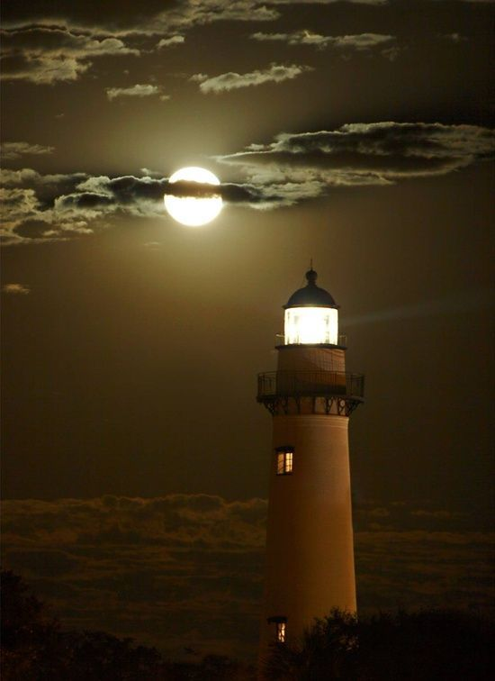 Siempre nos guía para mantener la  calma. Moonlight Shadow, On This Cornish Lighthouse, On A Still Night Glow.