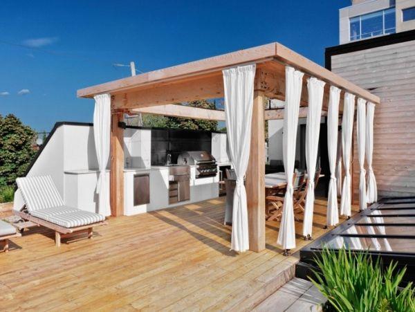 ウッドデッキの陸屋根の屋外ダイニング・キッチン