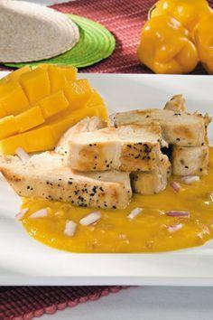 Pechugas de pollo en salsa de mango Salsa: 4 mangos, la pulpa 4 cucharadas de azúcar 4 cucharadas de vinagre de manzana 1 chile habanero sin semillas 1 cebolla morada finamente picada • sal Para las pechugas: 4 medias pechugas de pollo salpimentadas • aceite