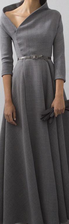 Edles und schlichtes graues Kleid für den abendlichen Ausflug.