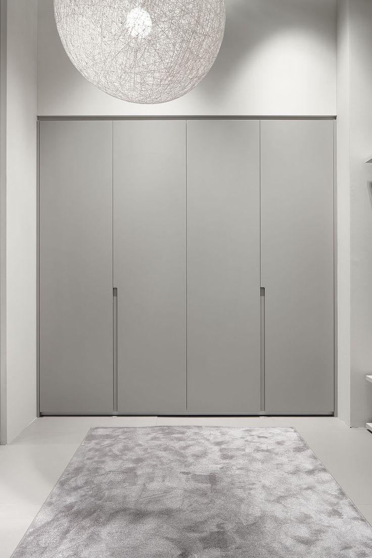 DICA Armario de puertas batientes en laminado roble Tempo medio. La textura del laminado combina perfectamente con las líneas puras del mueble. Los tiradores de porcelana blanca son el detalle diferenciador que viste al armario.