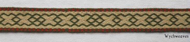 Un motif anglo-saxon qui a été à l'origine incorporé en utilisant la technique de Soumak et deux fois plus large. Trouvé dans la tombe d'une femme à Sutton Hoo. Mon interprétation implique une petite modification et est tissé dans la technique de sergé en laine fine.