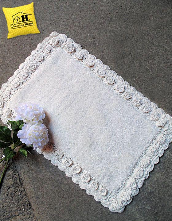 Una stupenda cornice di rose in rilievo orna questo meraviglioso tappeto shabby chic in colore naturale.