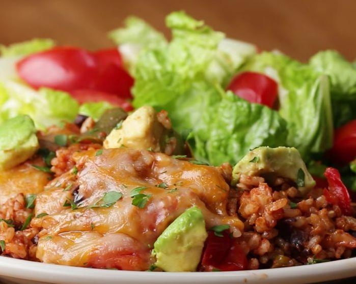 Wil je eens wat anders dan aardappelen, groenten en vlees? Probeer dan het recept hieronder eens uit, heerlijk! INGREDIËNTEN 1 eetlepel olie 1 eetlepel knoflook, fijngehakt ½ kop rode ui, gesnipperd 1 kopje paprika, fijngesneden 1 kop tomaten, fijngehakt 3 kopjes water 1½ kopje rijst 1 kopje zwarte bonen 1 eetlepel koriander, fijngesneden 1 kop tomatensaus 1 theelepel chilipoeder 1 theelepel komijn 1 theelepel zout 1 theelepel peper ½ kop geraspte kaas (optioneel) ½ avocado, in blokjes…