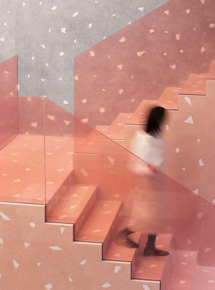 Transluzente rosa Box umschließt Florist im Restaurant in Südchina