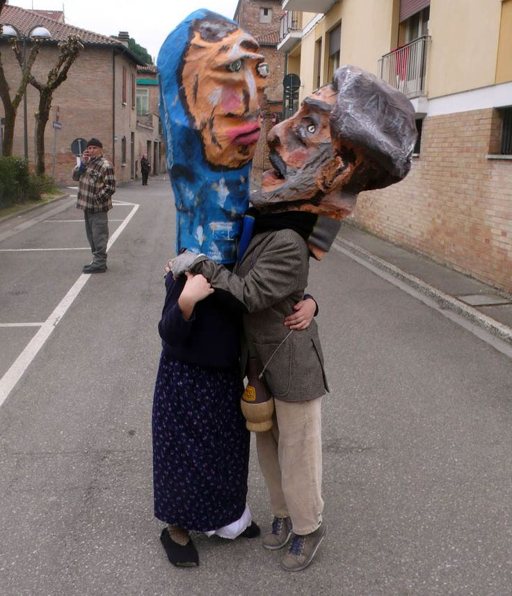 """""""La cumbrecula ad cartapesta de prufesor"""" Scuola Arti e mestieri feat scuola media Luigi Varoli Cotignola (Rusita e Maroc si baciano prima dell'inizio della parata)"""