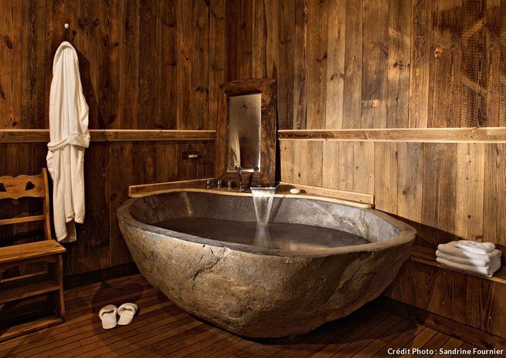 Un #chalet traditionnel à Méribel : les vasques en pierre de rivière «River Stone» ou de montagne «Slim River Stone» sont creusées à la main, puis polies.