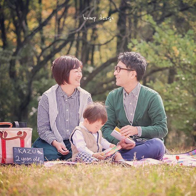 #家族写真 やっぱり 2歳のバースデーの主人公は チビちゃんだけど 家族写真の主役は、、 家族! だからたまには チビちゃんじゃなくて パパとママを主人公にして撮っちゃいましょう。 チビちゃん、 ちょっとだけ絵本見といてね。 パパとママもたまには水入らずで見つめ合いたいってさ! 笑 #結婚写真 #花嫁 #プレ花嫁 #結婚 #結婚式 #結婚準備 #婚約 #カメラマン #プロポーズ #前撮り #エンゲージ #写真家 #ブライダル #ゼクシィ #ブーケ #和装 #ウェディングドレス #ウェディングフォト #七五三 #お宮参り #記念写真 #ウェディング #IGersJP #weddingphoto #bumpdesign #バンプデザイン