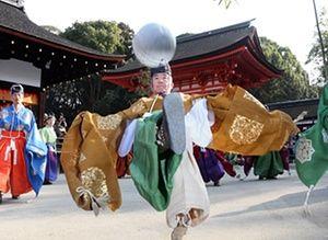 Jogando kemari, um antigo jogo de bola japonês, no santuário de Shimogamo em Kyoto, Japão