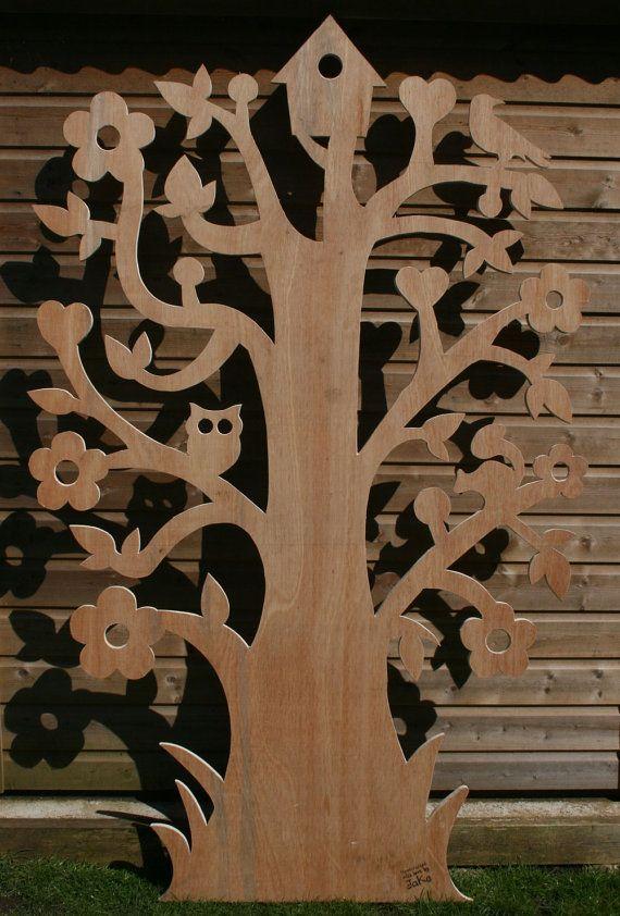 Un arbre en bois fabriqué à partir de grade extérieur 18mm dépaisseur contreplaqué. Taille est environ 1930mm haute x 1200 mm large. Main unique tracé conception qui est ensuite transférée sur le bois et découper mécaniquement. Peut être teint, peint, affiché à lintérieur ou lexterieur ! Pour laffichage sur un mur plat, ou peut-être pour égayer le côté dun hangar. Modèles peuvent être personnalisés ainsi - il suffit de demander. Caractéristiques de conception des fleurs, coeurs, un oiseau…