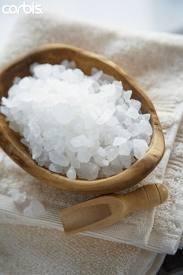Pediluvio al sale grosso per sgonfiare le gambe - Salute Naturale Benessere