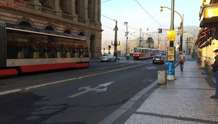 Doprava v centru Prahy kolabuje: Tramvaje a auta ucpala okolí Národního divadla