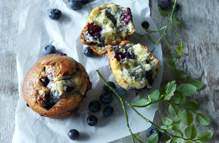 Recept på några av våra allra godaste muffins, från denklassiska, lite mindre variantentill den större, amerikanska. Muffins är enkla att göra, använd vanliga muffinsformar eller en speciell muffinsplåt. Här hittar du stora muffins med blåbär och choklad, mindre cupcakes med glasyr och nyttiga varianter utan mjölk och ägg.