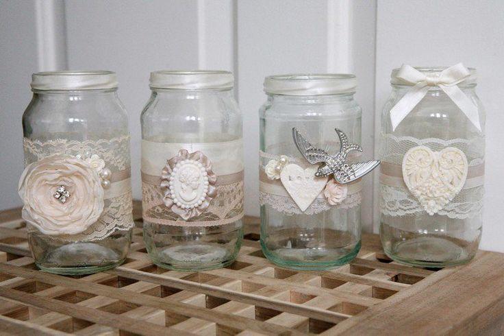 des photophores pour mariage romantiques en pots de confiture décoratifs ornés de dentelle et figurines délicates