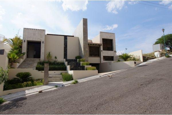 Casa en Venta , 4 recámaras en El Pedregal de Querétaro, . Mp recamara principal con terraza, vestidor, jacuzzi y estudio con bano completo, ...