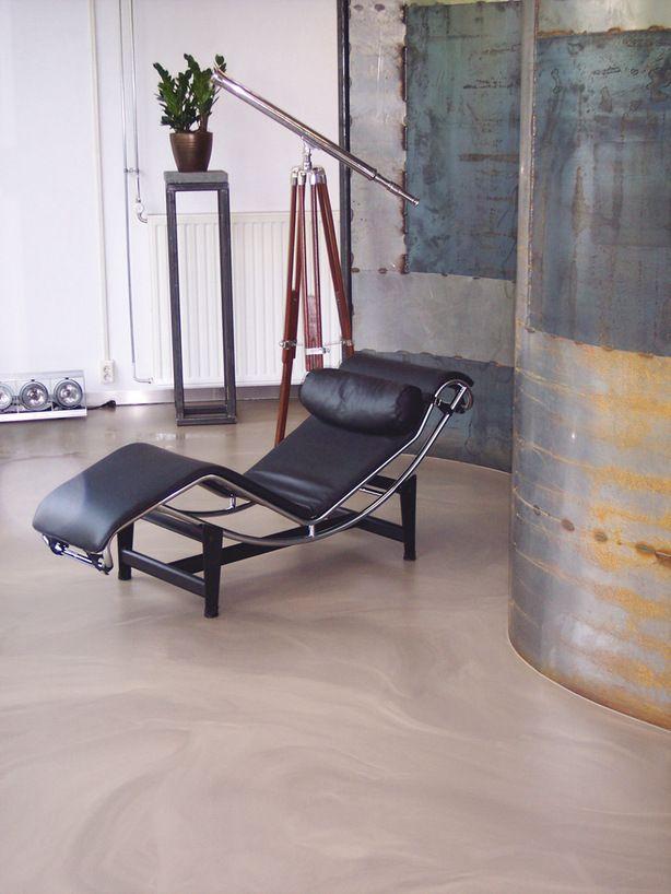 Bijzonder hoekje in de woonkamer. Nog een kale, saaie hoek over in de woonkamer? Met een aantal bijzondere objecten maak je er een smaakvol stilleven van. Hier is een Le Corbusier LC4 gecombineerd met een industrieel kunstwerk, dat gemaakt is door een lasser. De originele verrekijker zorgt ervoor dat het geheel niet te kil aandoet. Dat alles op een prachtige, gemarmerde gietvloer; alsof je op zand loopt....
