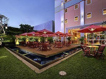 Mewah dan meriah, itulah kesan pertama yang tampak dari hotel Ibis Bali Kuta di kawasan Tuban, Bali. Anehnya, meski tampak mewah dan mahal, Ibis Bali Kuta tergolong ke dalam kategori hotel budget. Tarif menginap per malam di hotel ini hanya sekitar Rp300.000 saja. Soal fasilitas dan pelayanan yang diberikan tak perlu ditanya. Jaringan hotel Ibis dikenal profesional dan selalu berusaha memberikan yang terbaik untuk para tamu. Memiliki lokasi yang strategis, Ibis Bali Kuta merupakan hunian…