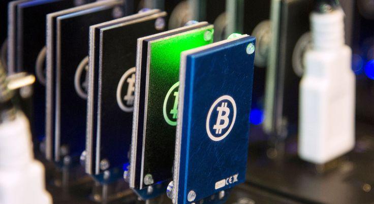 """Bitcoin Mining – Cosa significa?  Vi siete mai chiesti da dove vengano i Bitcoin?  Mentre coi soldi di carta vi è un governo che decide quando e quanti soldi distribuire, i bitcoin non hanno un governo centrale.  Nel sistema Bitcoin, i """"minatori"""" usano un software speciale per risolvere problemi matematici utilizzando il loro processore e ricevono in cambio un certo numero di Bitcoin. Questo metodo non solo assicura una maniera intelligente per distribuire moneta (basandosi sulla matematica…"""