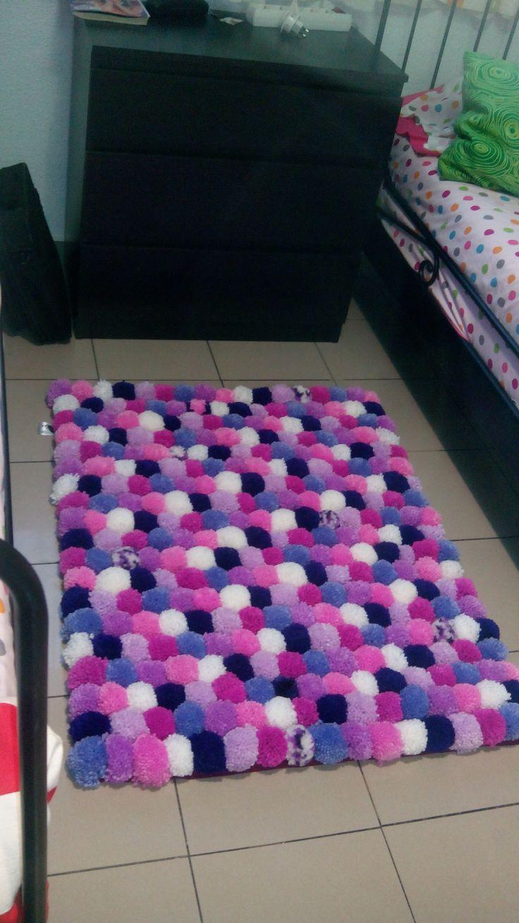 alfombra de ponpones, pon pon, lana, handmade, echo en casa.