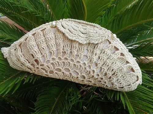 pochette interamente uncinetto in cotone ecrù, foderata a guscio con chiusura uncinetto, l'interno richiama una conchiglia con la sua perla..... articolo unico non riproducibile