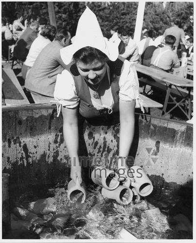 Oktoberfest Dilli/Timeline Images #1953 #Wiesn #Maßkrug #Maß #Bier #Volksfest #Kellnerin #Bayern